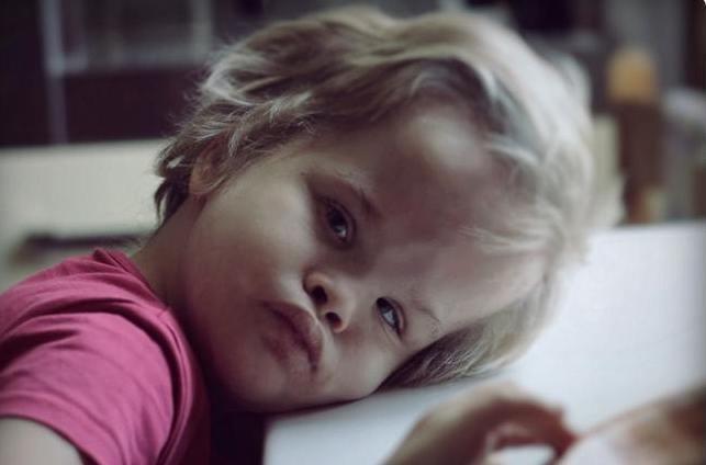 chora niepełnosprawna dziewczynka